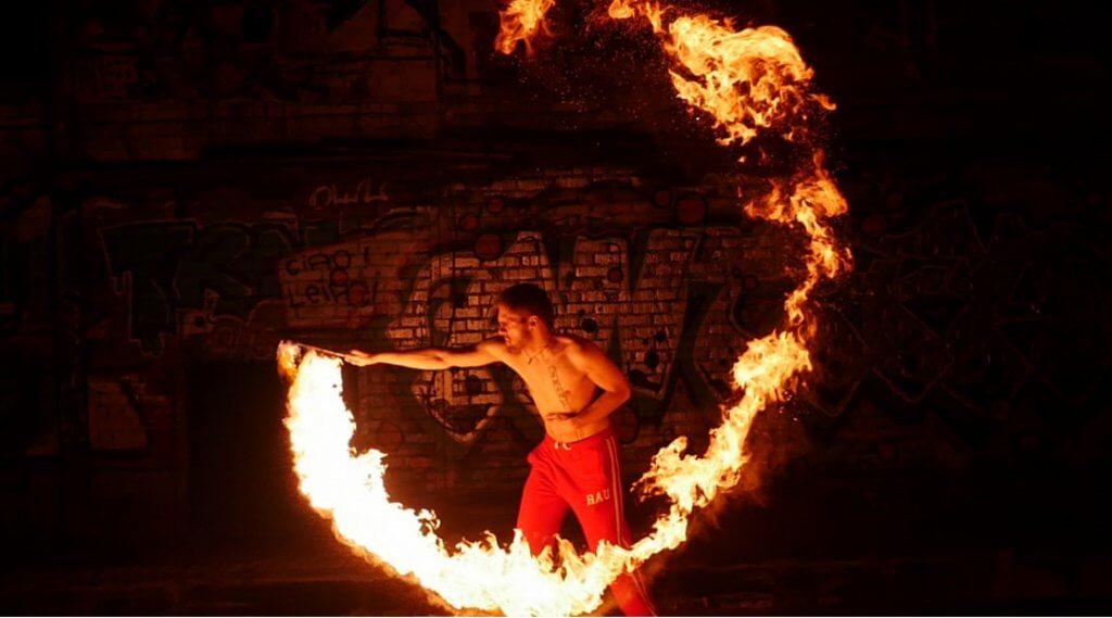Videodreh als Feuerkünstler: Feuer und Flamme