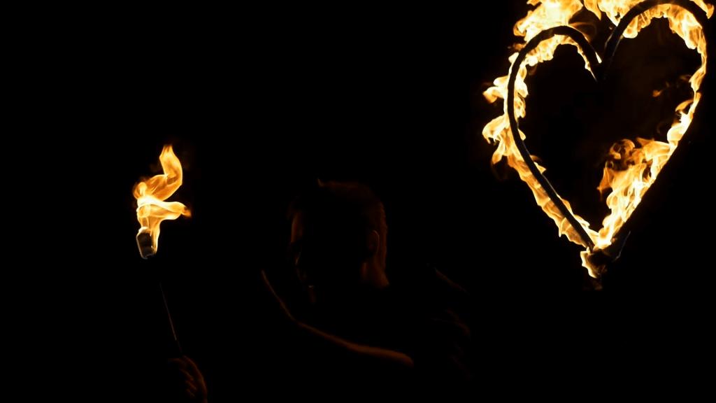 Videodreh mit brennendem Herz und Flammenprojektoren