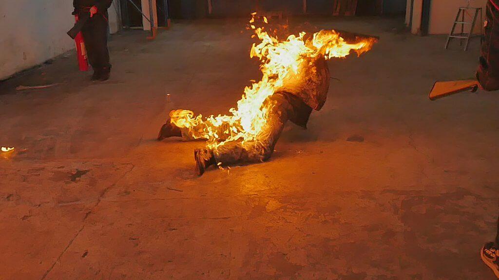 Feuerstuntman buchen Crawling Firestuntman
